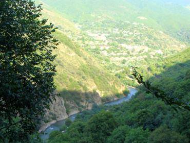 Die Stadt Tumanjan und Debed Fluss von Kobajr