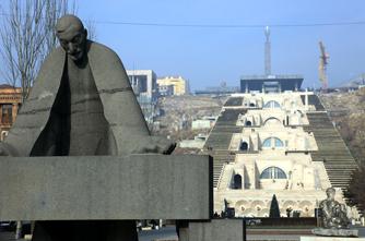 Ալեքսանդր Թամանյանի արձանը Երևանում
