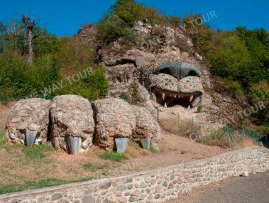 Цовин кар, леввысеченный из скалы