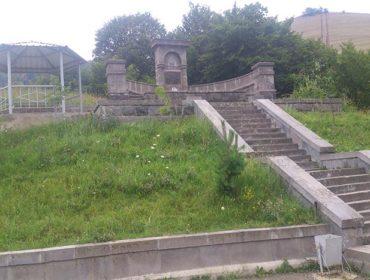 Памятник-родник на Пушкинском перевале